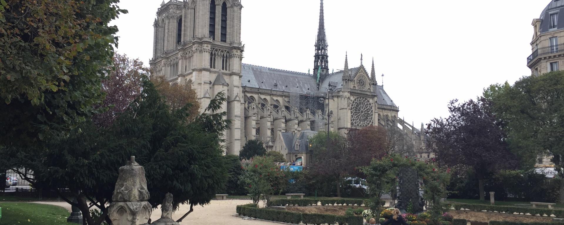 deux enfants devant Notre-Dame